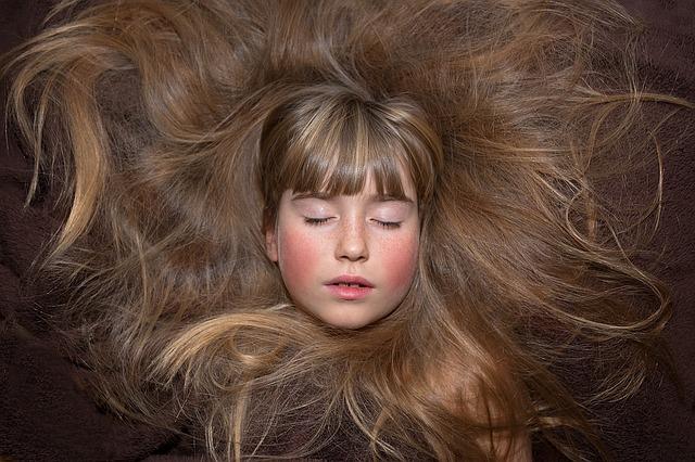 vlasy kolem hlavy