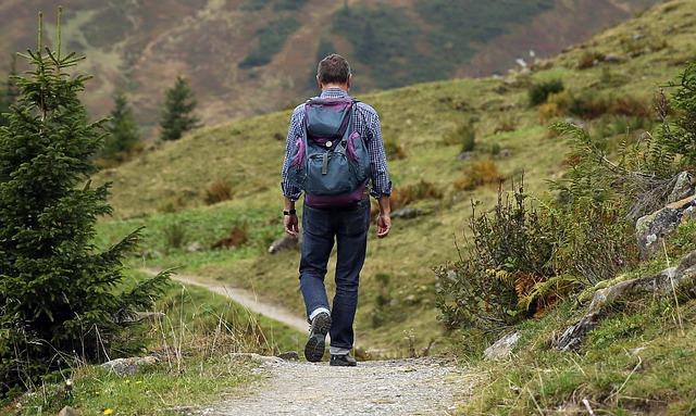 chlap s batohem na cestě
