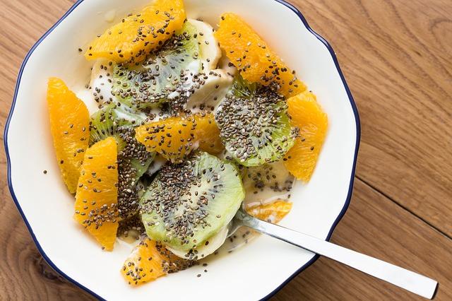 Ovocný salát posypaný semínky