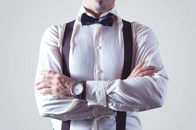 Muž ve společenském oblečení