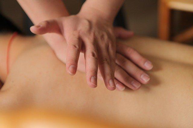 ruce při masírování